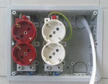 Caja de empotrar con enchufes para instalaciones eléctricas.