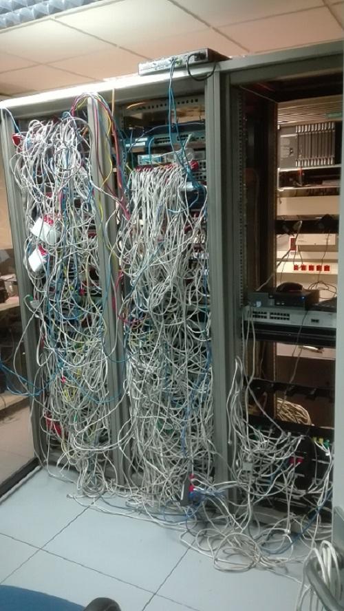Armario antes del mantenimiento de cableado de red.