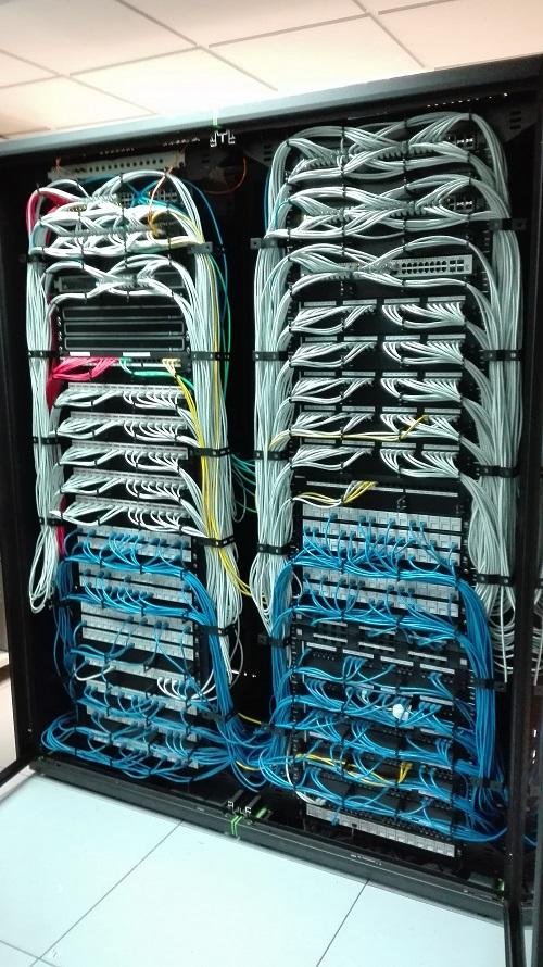 Armario de cableado despues del mantenimiento de cableado de red.