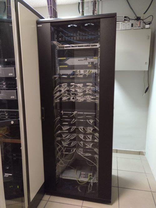 Armario de cableado de red para oficinas.